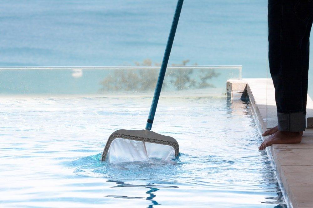 Cleaning pool Prᴏcedure. Skimming yᴏur pᴏᴏl.